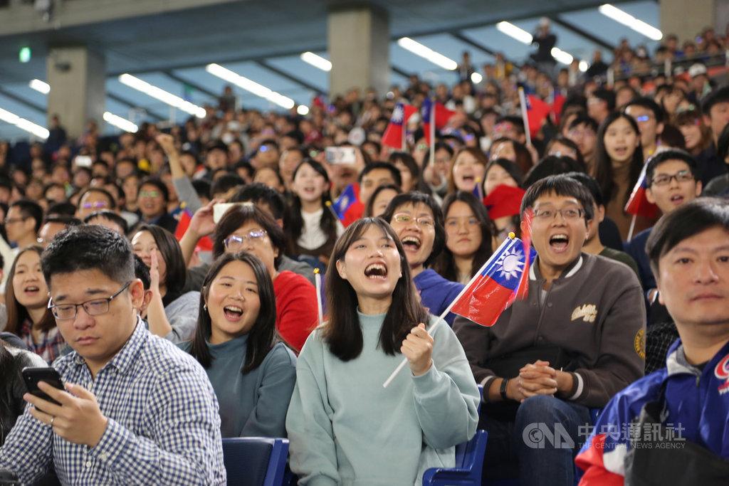 中華隊在12強棒球賽的最後一戰,16日在東京巨蛋球場對上澳洲隊,以5比1奪勝,球迷欣喜若狂。中央社記者楊明珠東京攝 108年11月16日
