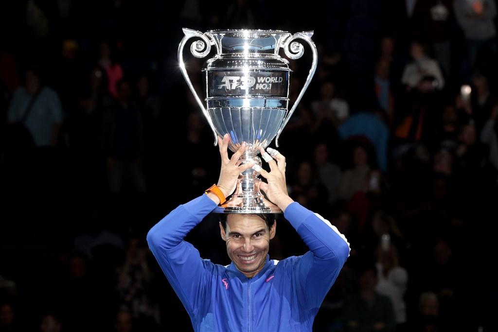 西班牙名將納達爾15日在ATP世界巡迴年終賽事後,獲頒巨大的年終球王獎盃。(圖取自twitter.com/atptour)