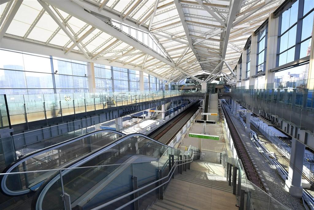JR東日本公司16日邀媒體參觀山手線新站「高輪Gateway」,牆面採玻璃帷幕,橫梁與天花板部分使用杉木,採光良好,也能聞到杉木香。(共同社提供)