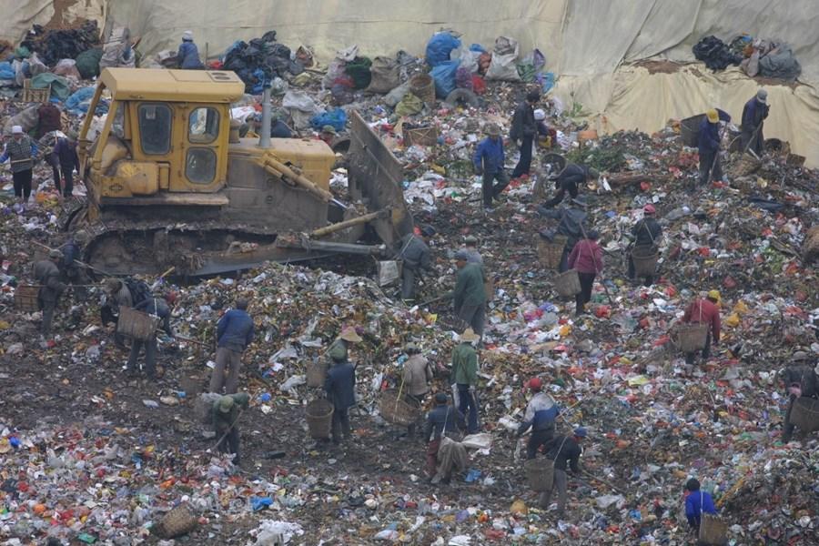 中國陜西江村溝垃圾填埋場(圖)每天湧入一萬噸垃圾。(中新社提供)
