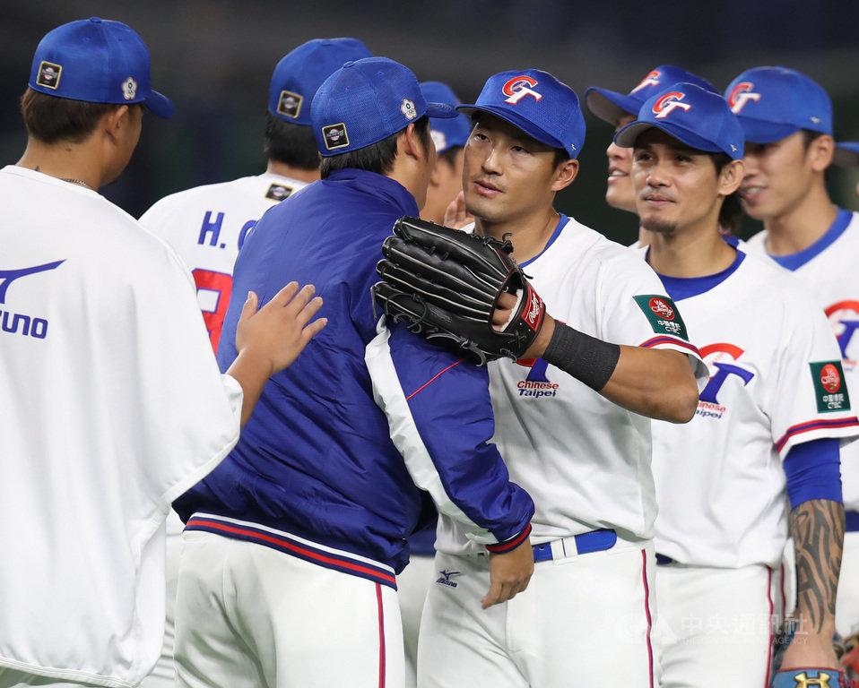 2019世界12強棒球錦標賽中華隊16日完成本屆最後一戰,複賽最後一役以5比1擊退澳洲,以第5名作收。野手林哲瑄(中右)8局轟出3分砲是致勝關鍵之一,他說,12強能跟年輕球員一起穿中華隊球衣,非常開心。中央社記者張新偉東京攝 108年11月16日