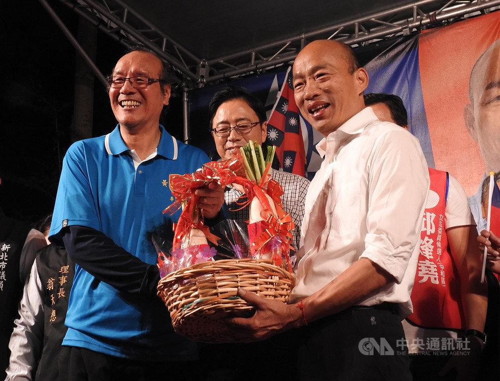 國民黨總統參選人韓國瑜(右)17日晚間到新北市中和區出席造勢晚會,吸引大批支持者到場,韓國瑜會中也獲贈「好彩頭」。中央社記者王鴻國攝 108年11月17日