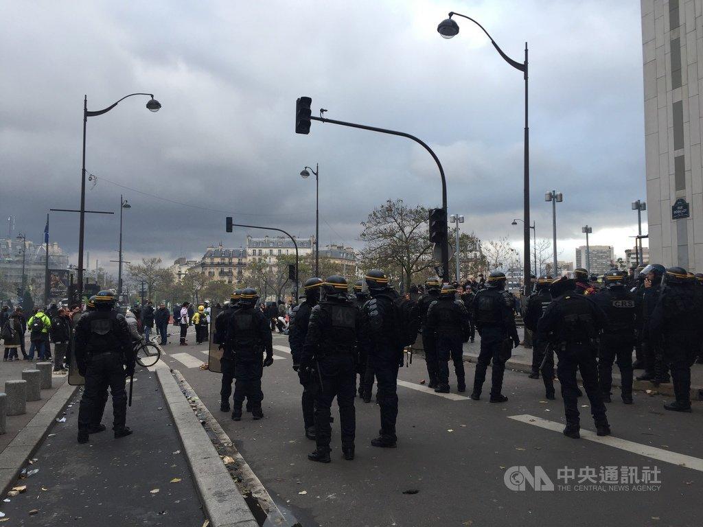 法國黃背心運動一週年爆衝突,義大利廣場(Place d'Italie)情勢緊張,共有105人遭警方盤查、1500多人遭預防性拘留。圖為巴黎市政府出動大批警力包圍現場,禁止人員出入。中央社記者曾婷瑄巴黎攝 108年11月17日