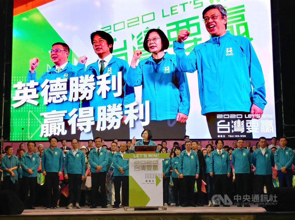 「2020台灣要贏蔡英文總統連任全國暨台北市競選總部成立大會」17日下午起舉行,總統蔡英文(前中)登台致詞,現場支持者熱情沸騰。中央社記者施宗暉攝 108年11月17日