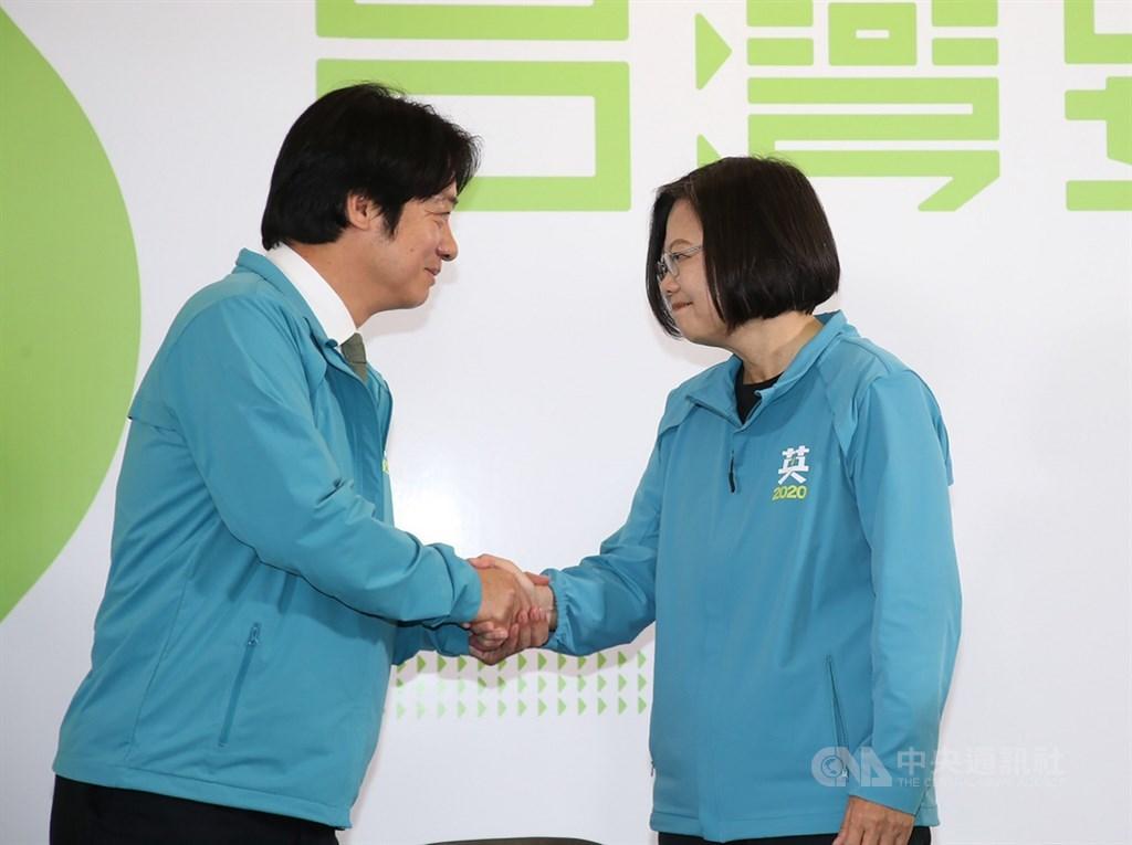 總統蔡英文(右)17日宣布,副手為前行政院長賴清德(左),賴清德表示,他決定接受蔡總統邀請,搭檔參選,在最黑暗的時刻團結守護台灣。中央社記者鄭傑文攝 108年11月17日