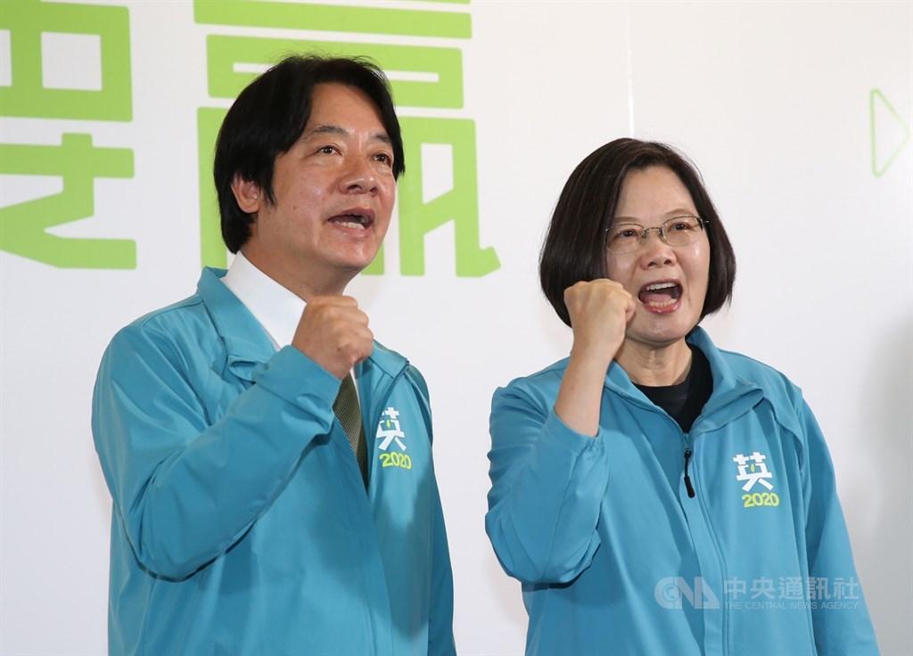 總統蔡英文(右)17日宣布,副手為前行政院長賴清德(左),兩人也呼口號,展現團結氣勢。中央社記者鄭傑文攝 108年11月17日