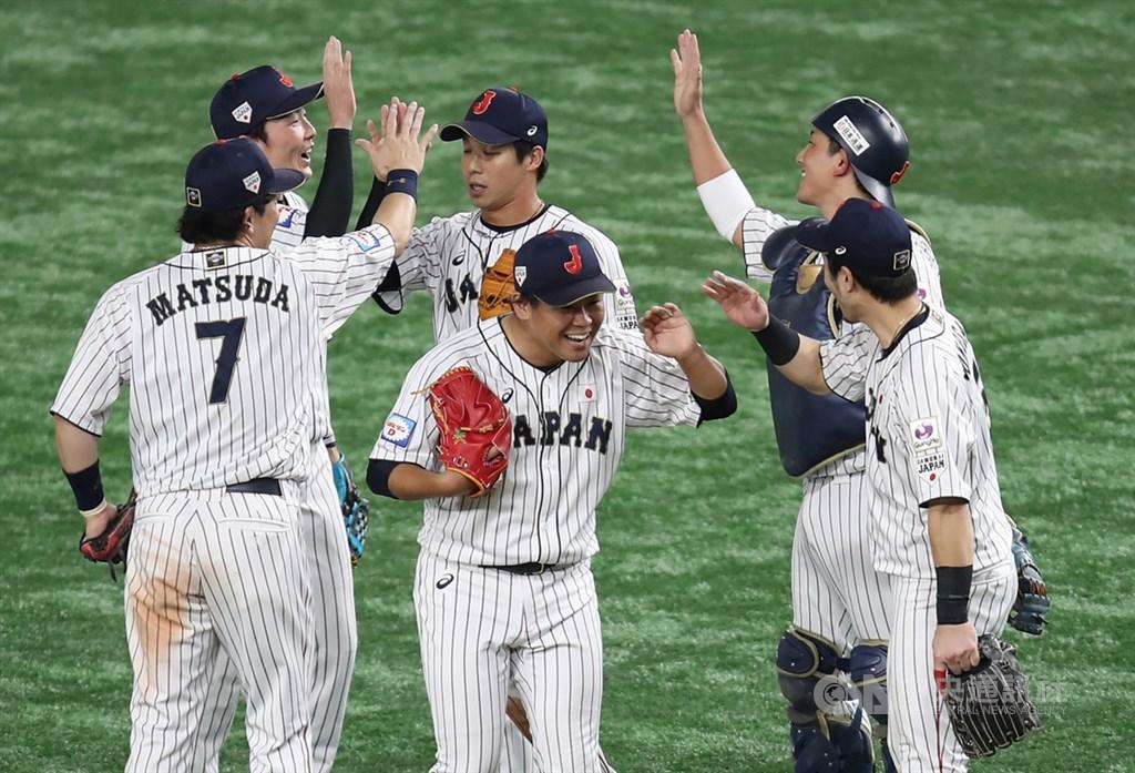 2019世界12強棒球錦標賽複賽最後一天,16日晚間日本(圖)、韓國兩隊提前碰頭,日本最終以10比8擊敗韓國奪勝,17日雙方將於冠亞軍戰再度交鋒。中央社記者張新偉東京攝 108年11月16日