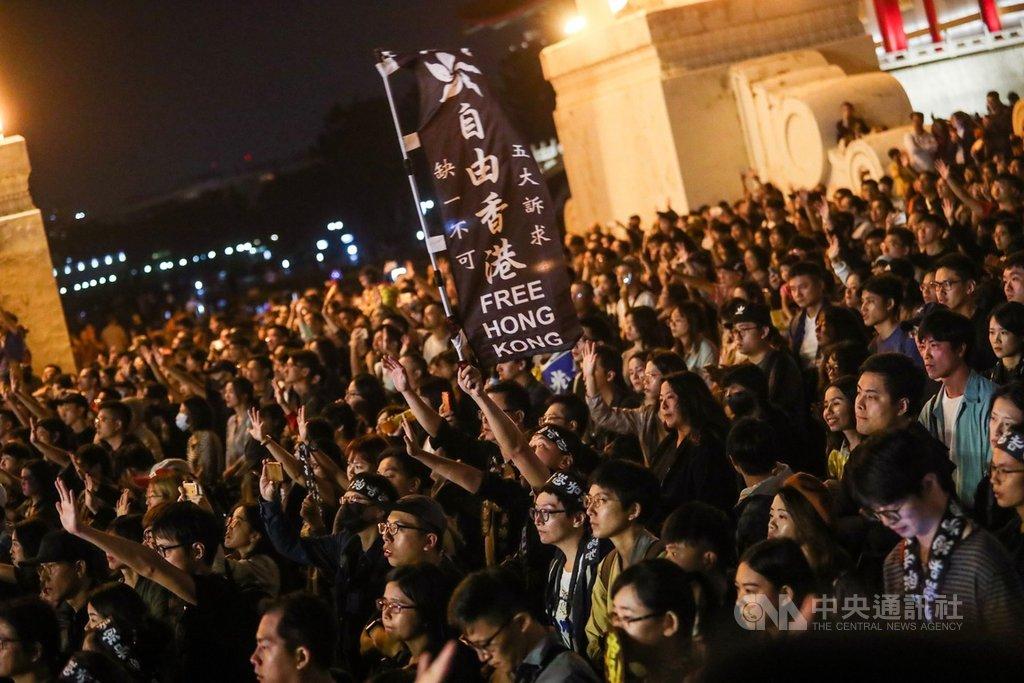「撐香港要自由」演唱會17日晚間在台北自由廣場前舉辦,現場擠滿響應民眾,有人更舉著旗幟傳達支持香港反送中訴求的立場。中央社記者吳家昇攝 108年11月17日