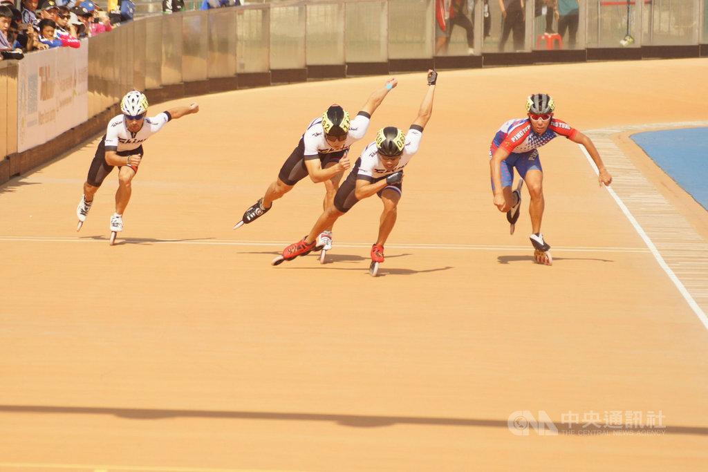2019台北國際滑輪溜冰公開賽17日進行男子500公尺+D決賽,台灣滑輪溜冰好手高茂傑(右2)以42秒401拿下金牌,賽事總積分排名躍居男子組榜首。(中華滑輪溜冰協會提供)中央社記者龍柏安傳真 108年11月17日