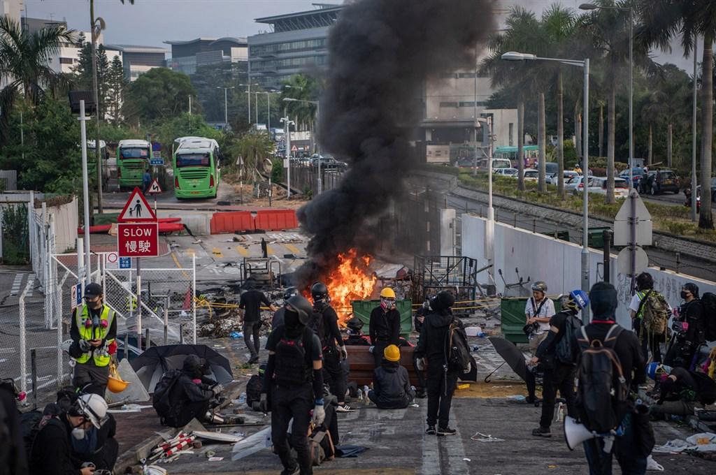 11日迄今,香港中文大學二號橋成為警察與蒙面示威者攻防的主戰場。(中通社提供)中央社 108年11月15日