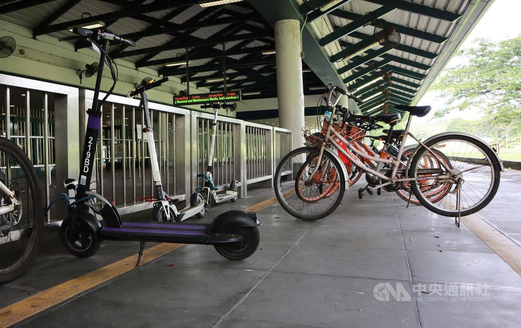新加坡宣布禁止在人行道使用電動踏板車,這項禁令讓以電動踏板車接駁住家與地鐵站的市井小民措手不及,不少電動踏板車(圖左)停放在地鐵站外。中央社記者黃自強新加坡攝 108年11月17日