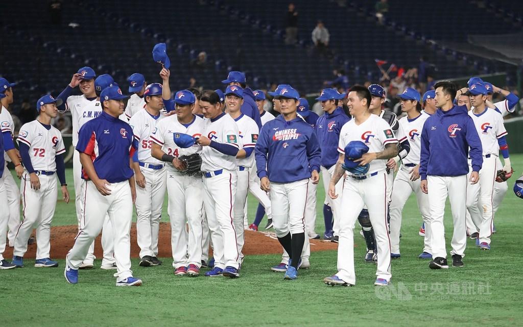 世界12強棒球賽超級循環賽中華隊戰績2勝3敗獲第5名,且團隊防禦率及守備率名列複賽(不計冠軍、季軍賽成績)6隊第一。圖為16日中華隊擊敗澳洲隊,賽後選手們向球迷致意。中央社記者張新偉攝 108年11月16日