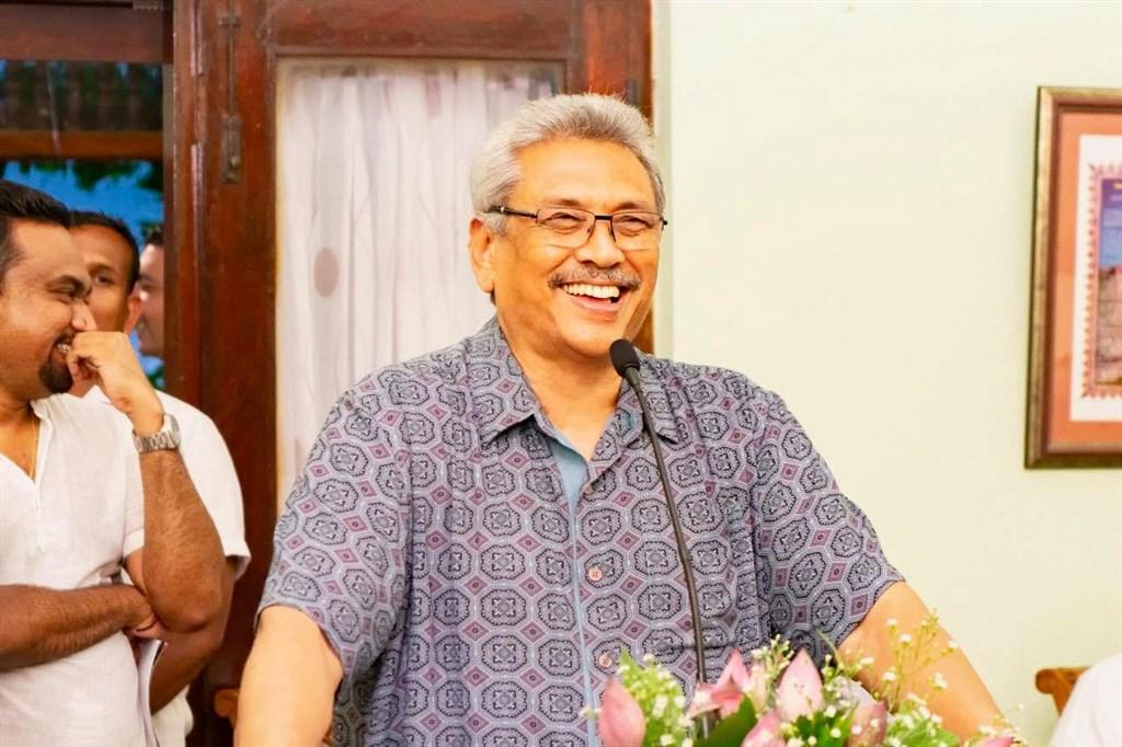 斯里蘭卡前國防部長拉賈帕克薩(前)17日在激烈的總統大選中勝出。(圖取自facebook.com/gotabayar)
