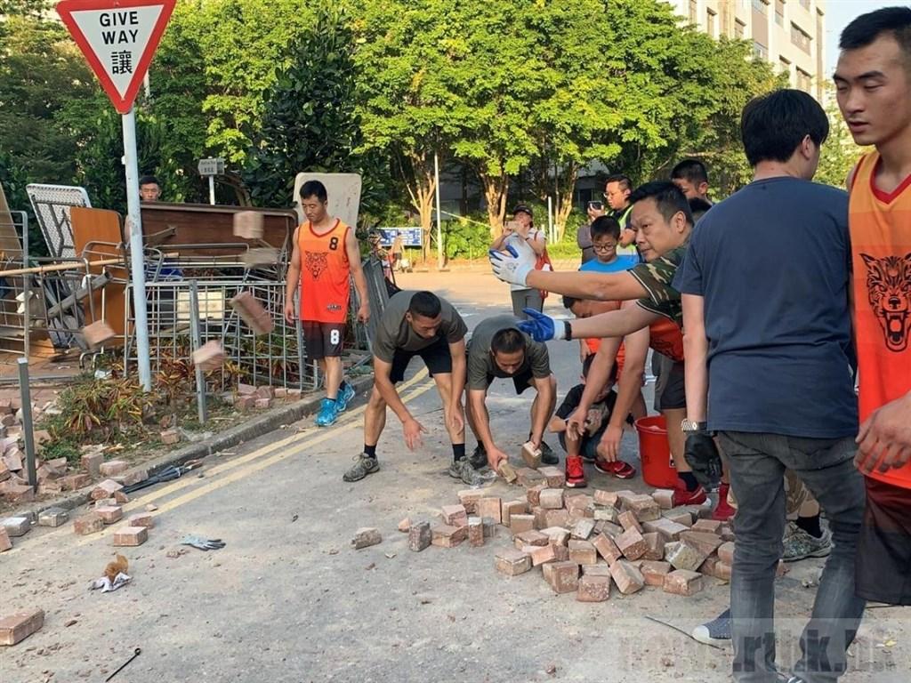 中國解放軍駐香港部隊罕見現身街頭,清理反送中示威者設下的路障,引發外界關注揣測。(圖取自香港電台網頁news.rthk.hk)