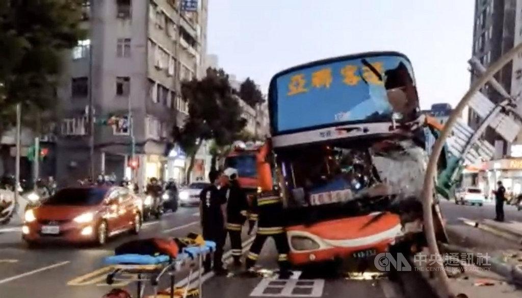 台北市17日下午發生一輛客運擦撞分隔島交通事故,男駕駛疑遭夾傷骨折,警消獲報到場協助送醫治療,詳細肇事原因待調查釐清。(民眾提供)中央社記者黃麗芸傳真 108年11月17日