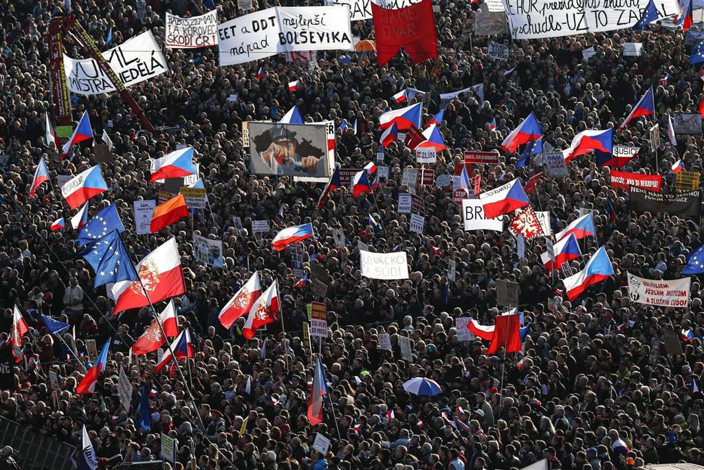 捷克首都布拉格市中心16日湧入約25萬人紀念「絲絨革命」30週年,並要求涉貪的億萬富豪總理巴比斯下台。(美聯社)