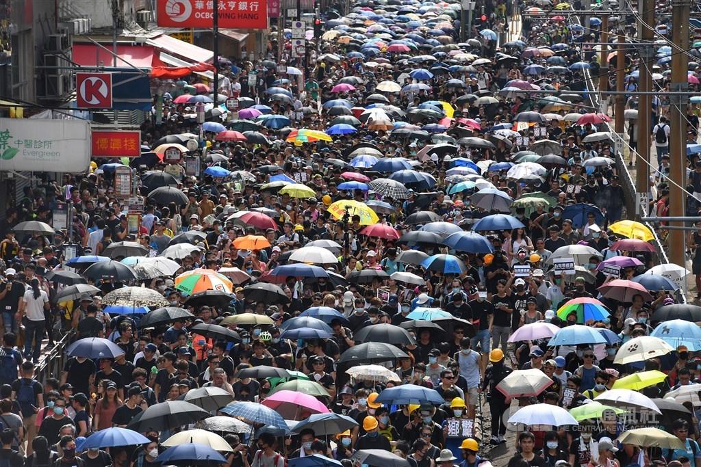 由於香港民間與官方對何謂「普選」的認知差距甚大,引發香港人多次走上街頭,近年來的雨傘運動、反送中,雙普選都是訴求之一。圖為7月27日反送中支持者發起的「光復元朗」遊行。(中央社檔案照片)