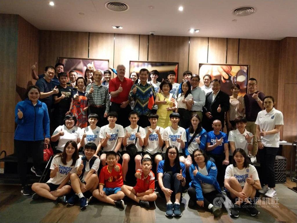 中華女籃隊在馬來西亞舉辦的東京奧運女籃亞洲預選賽中1勝2負,無法進軍東奧,駐馬來西亞台北經濟文化辦事處與台商設宴慰勞辛勞付出的國家選手。中央社記者郭朝河吉隆坡攝  108年11月18日