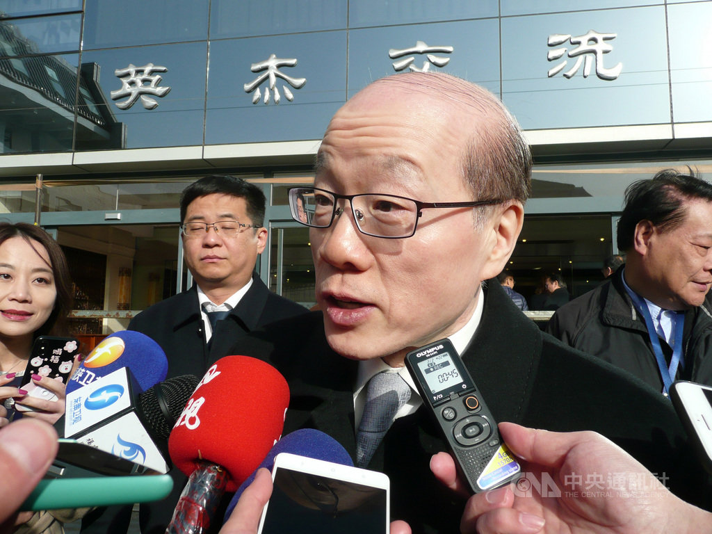 中國國台辦主任劉結一18日在北京回應媒體表示,台灣民眾回家天經地;對於陸委會指未拒絕延長加班機一事,他回答指「希望說到做到」。中央社記者周慧盈北京攝 108年11月18日