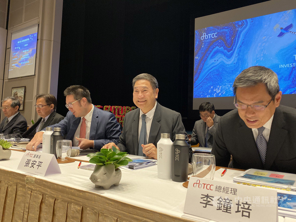 台泥董事長張安平(中)認為,明年有新產能加入,市場需要重新平衡,不過估計整體營運「不會差到哪裡去」。中央社記者潘羿菁攝 108年11月18日