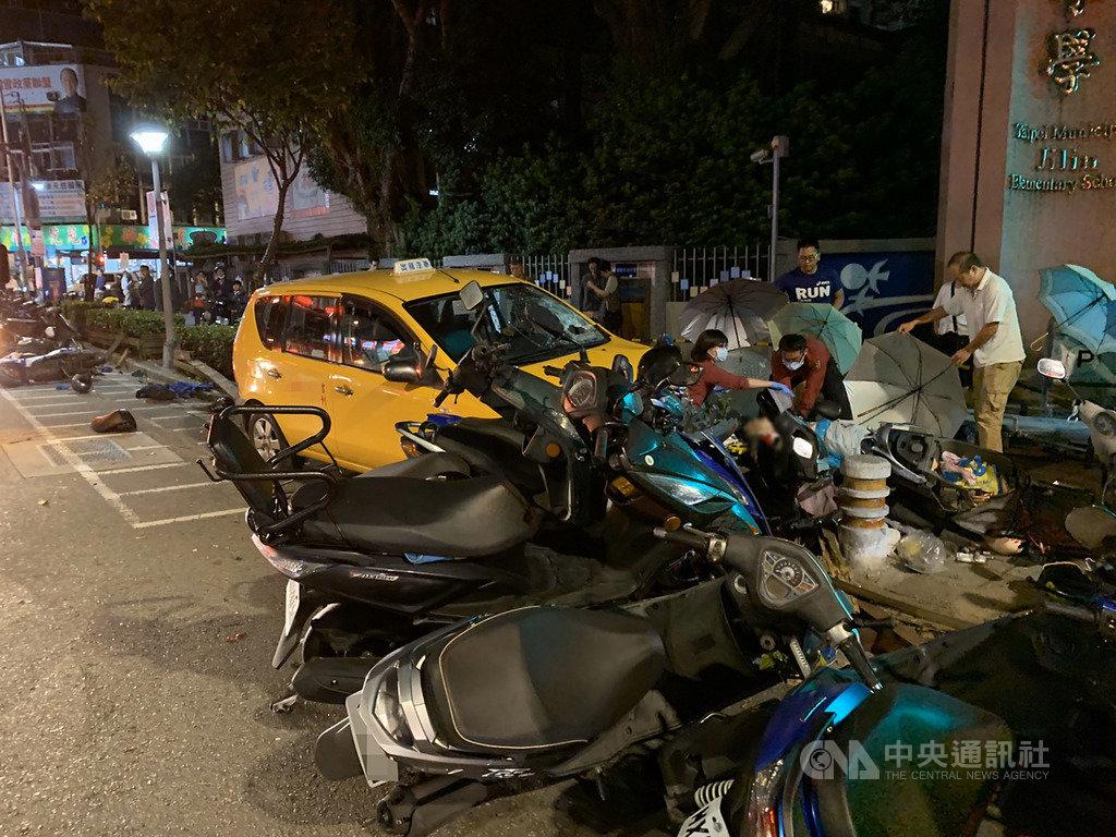 台北市中山區吉林國小校門口18日傍晚發生一起交通事故,一輛計程車突然衝上人行道,撞傷一名中年男子,男子當場失去呼吸心跳,警消獲報到場將男子送醫搶救。(民眾提供)中央社記者黃麗芸傳真  108年11月18日