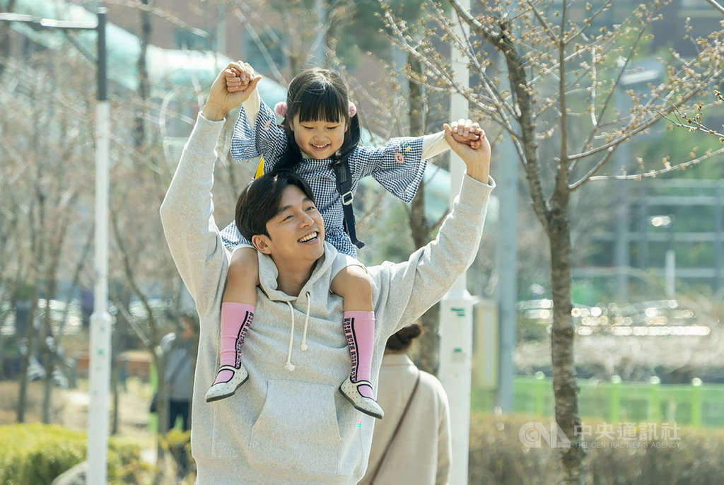 南韓男星孔劉(前)主演電影「82年生的金智英」,也因而獲知南韓網路上用以貶低女性的新興用語「媽蟲」,他對此表示「備受衝擊」。(車庫娛樂提供)中央社記者洪健倫傳真 108年11月18日