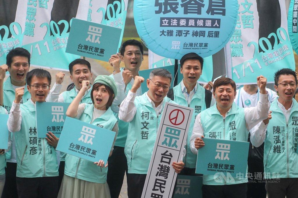 台灣民眾黨主席、台北市長柯文哲(前中)18日上午陪同區域立委參選人赴台北市選委會登記參選,在場外高喊口號造勢。中央社記者裴禛攝 108年11月18日