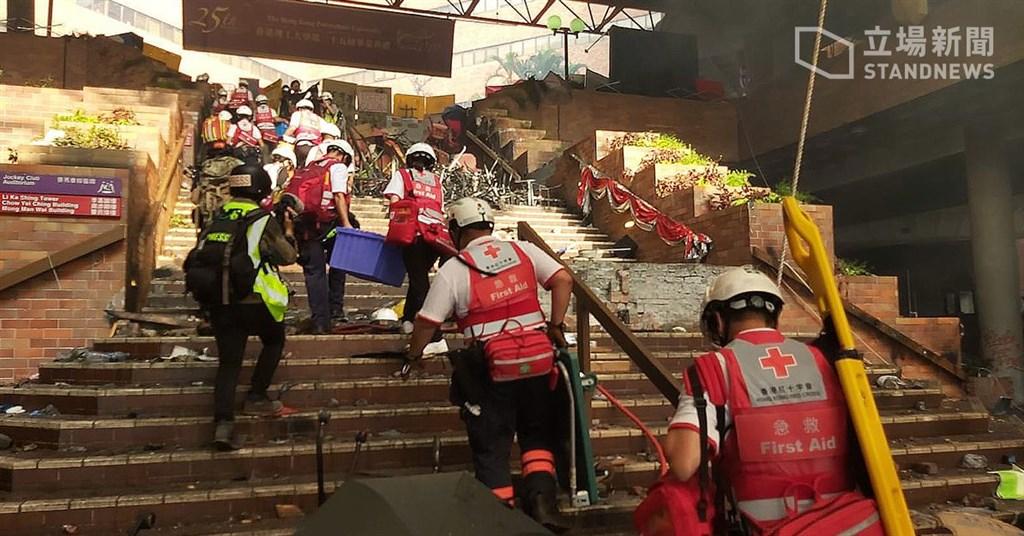 香港理工大學遭港警重重包圍,警方18日下午2時過後允許紅十字會人員入校救治傷患。(立場新聞提供)