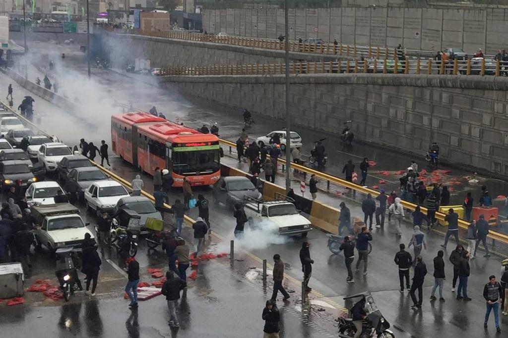 伊朗司法部發言人艾斯邁里表示,已逮捕上週因汽油漲價引爆抗議的約100名帶頭者。圖為伊朗民眾16日在高速公路上示威抗議汽油價格上漲。(路透社提供)