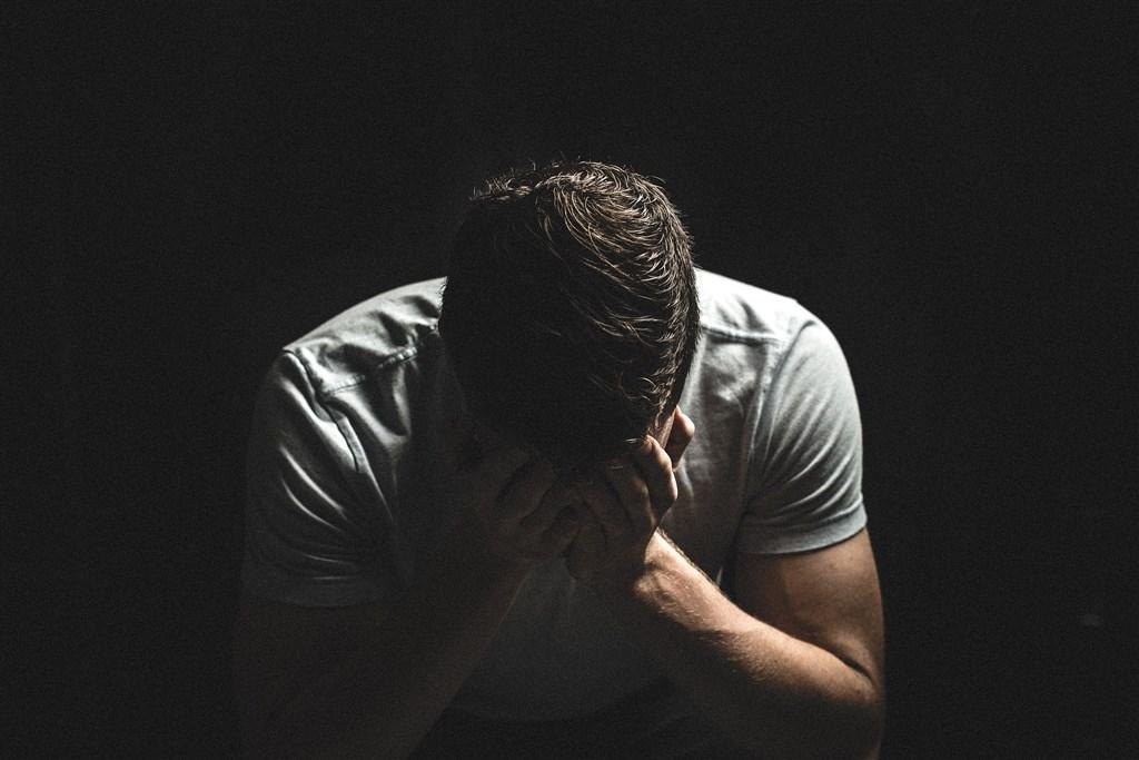 醫師表示顏面神經麻痺好發於季節交替、天氣變化大等易感冒時期,太勞累、抵抗力較弱者是危險族群。(示意圖/圖取自Pixabay圖庫)