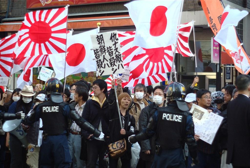 日本各地近年有種族歧視團體以仇恨言論為目的發起遊行、宣傳,其中,鄰近東京的川崎市備受困擾。圖為2013年,有日本團體發起種族歧視遊行。(圖取自維基共享資源;作者Kurashita Yuki,CC BY-SA 2.0)
