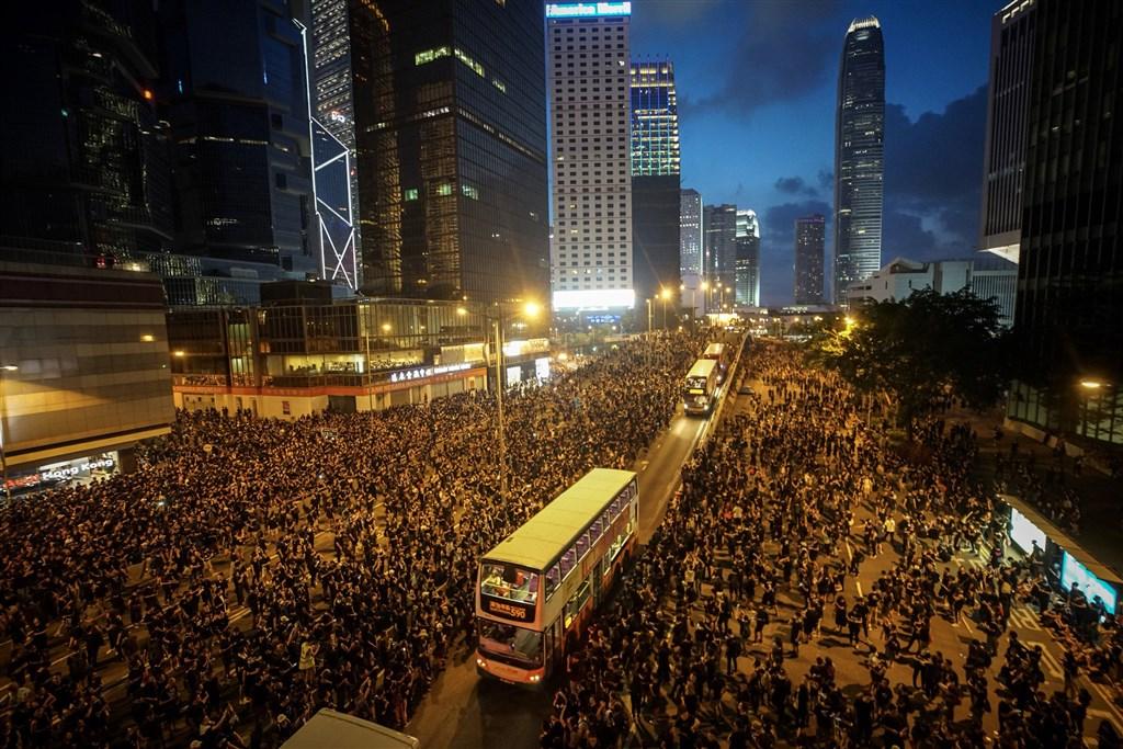 香港泛民主派團體民間人權陣線6月16日再次發起反修訂逃犯條例大遊行,民眾身穿黑衣上街表訴求,遊行群眾移動至未封閉車道。中央社記者裴禛香港攝 108年6月16日