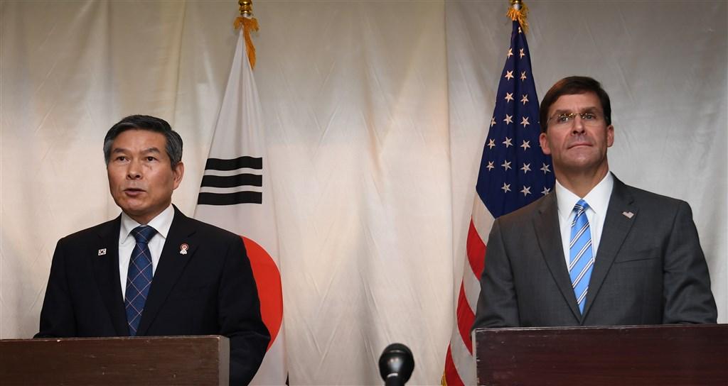 韓美日國防部長17日在泰國曼谷三邊會談。左為南韓國防部長官鄭景斗、右為美國國防部長艾斯培。(韓聯社提供)