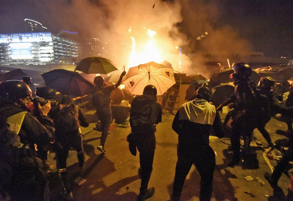 香港警方近日武力圍攻中文大學、理工大學,22日六四遭中共迫害獲香港「黃雀行動」營救者發布聲明,除呼籲港府追究警方在「反送中」運動中的責任、盼學生不再犧牲,還稱將啟動救援香港人的方案。圖為17日理大學生與警方與對峙。(檔案照片/共同社提供)