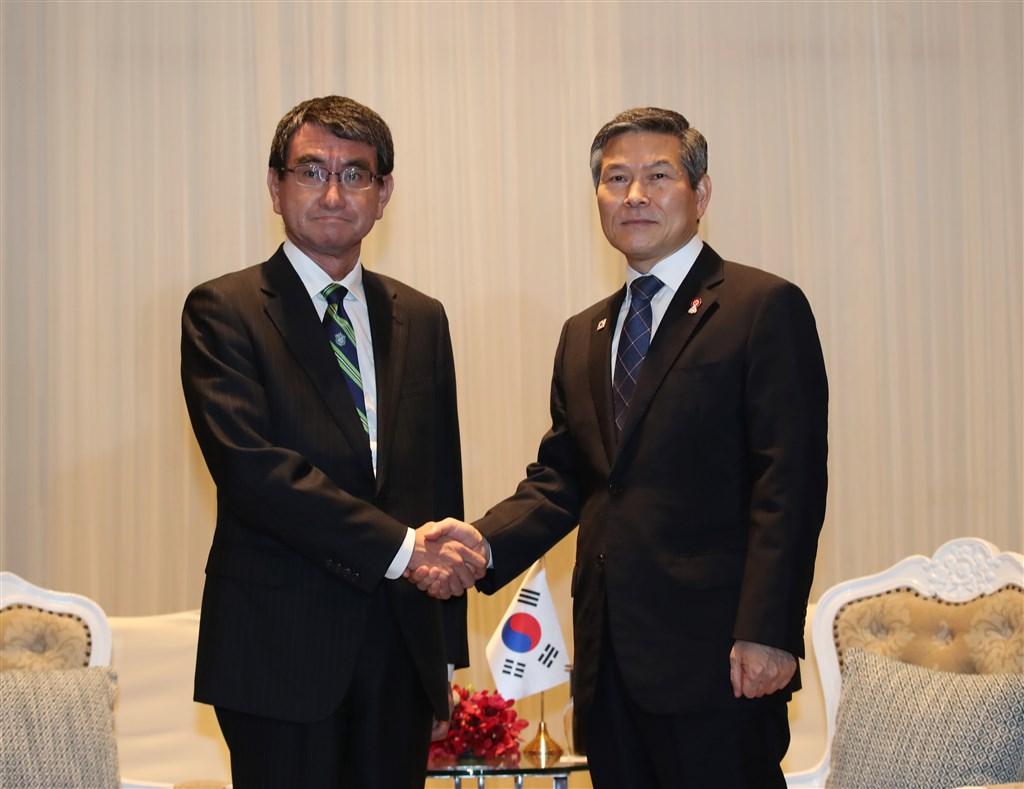 日本防衛大臣河野太郎(左)17日與南韓國防部長鄭景斗(右)會談,要求南韓針對GSOMIA即將失效做出明智因應措施,但雙方堅持各自立場沒有交集。(韓聯社提供)