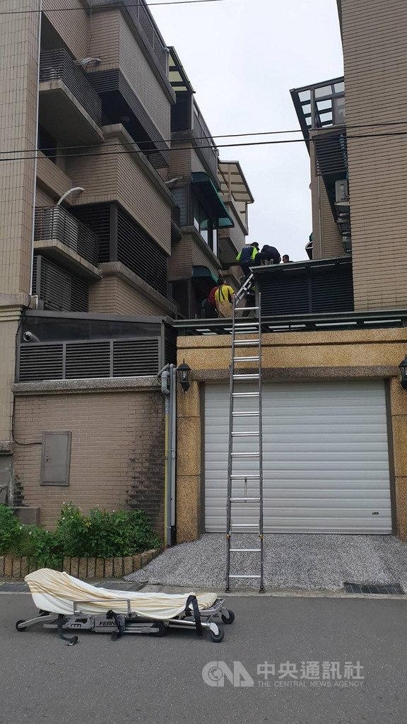 基隆市一名少女18日疑似從4樓墜落2樓雨遮,消防局獲報後立刻派員前往救援,所幸少女意識清楚,不過全身有多處擦挫傷。中央社記者王朝鈺攝 108年11月18日