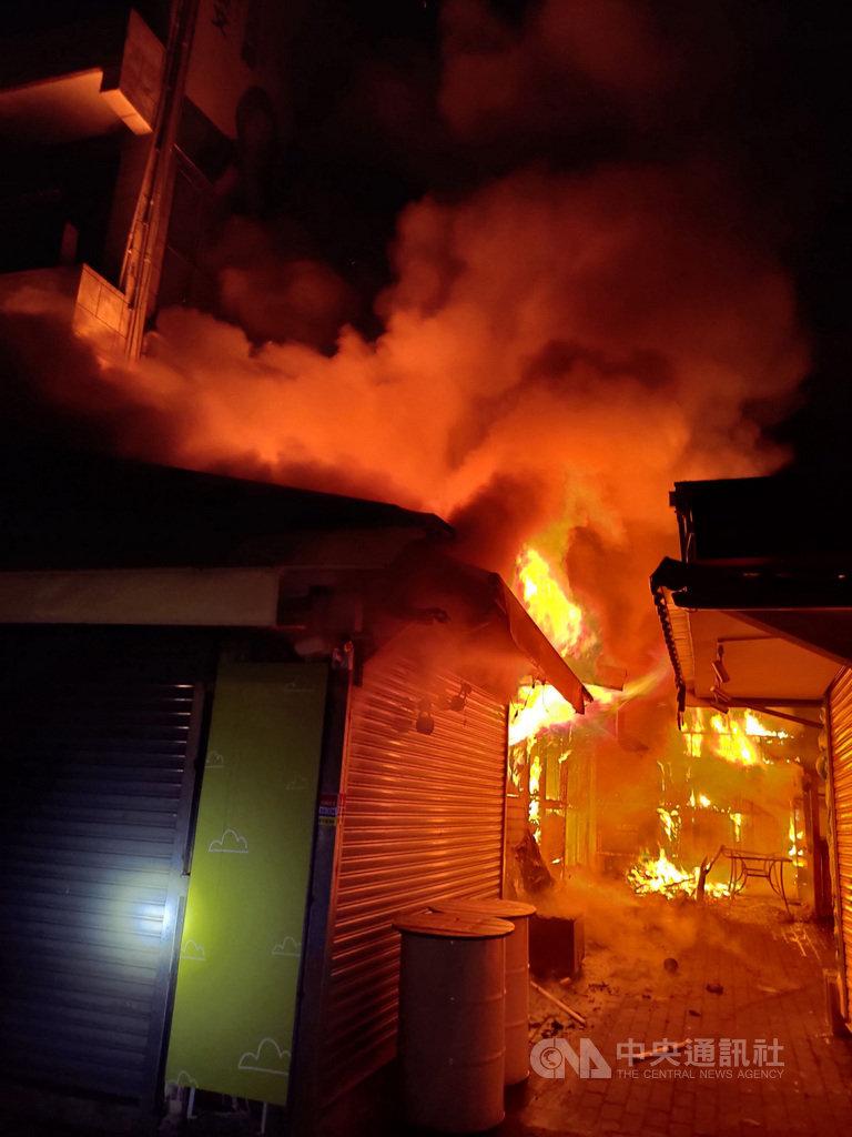 新北市淡水區「金色水岸」後方攤販區的鐵皮屋18日清晨發生火警,警消獲報迅速滅火,無人傷亡。(翻攝照片)中央社記者王鴻國傳真  108年11月18日