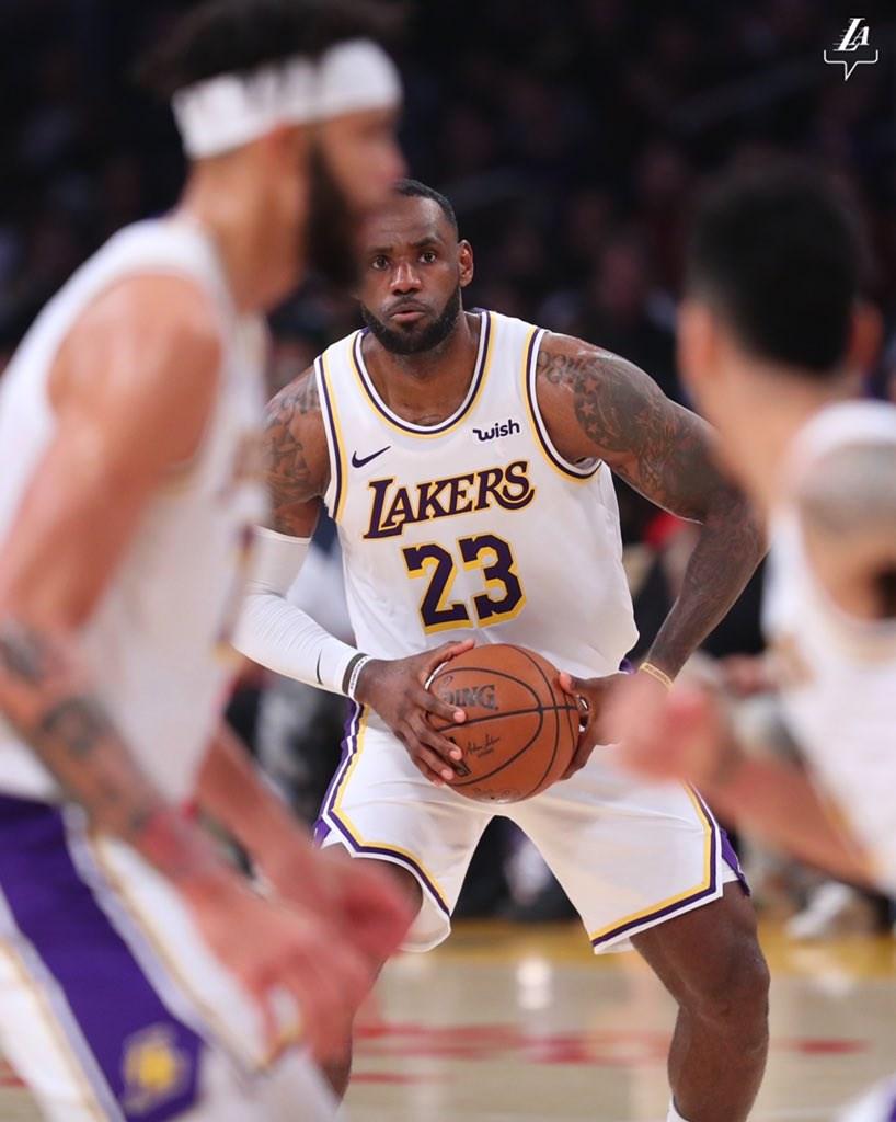 美國職籃NBA洛杉磯湖人17日在詹姆斯(中)攻下33分帶領下,以122比101擊敗亞特蘭大老鷹。(圖取自twitter.com/lakers)