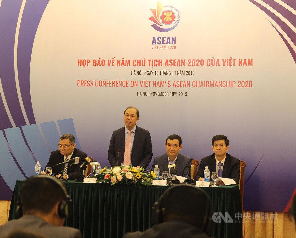 越南外交部副部長阮國勇(左2)18日表示,越南擔任2020年東協輪值主席國期間,將致力加深東協團結一致與提高東協對世界局勢的因應能力,促進東協與中國間「南海行為準則」的談判進程。中央社河內攝 108年11月18日