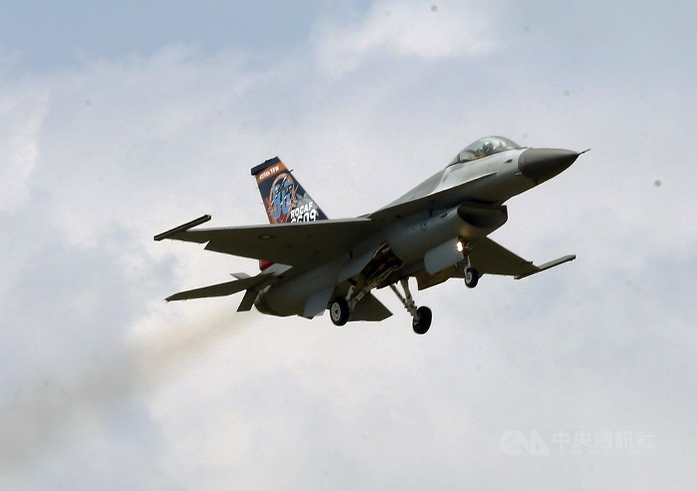 國軍19日上午清晨展開「聯翔操演」制敵反空襲演練,由扮演假想敵的F-16戰機自花蓮佳山基地升空,並整合三軍執行全島聯合作戰。圖為F-16戰機。(中央社檔案照片)