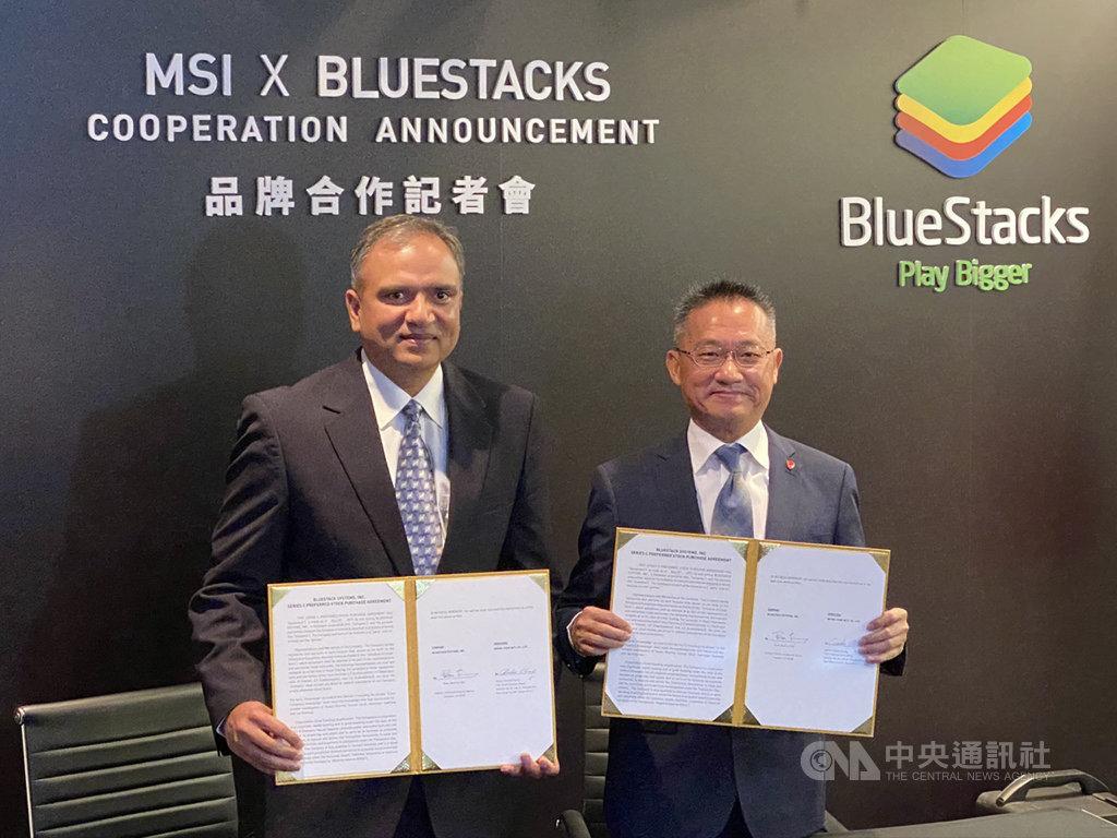 電競大廠微星總經理江勝昌(右)19日與手遊模擬器廠BlueStacks執行長夏瑪(Rosen Sharma)簽約合作,讓BlueStacks的模擬器與微星電競PC全面整合。中央社記者吳家豪攝  108年11月19日