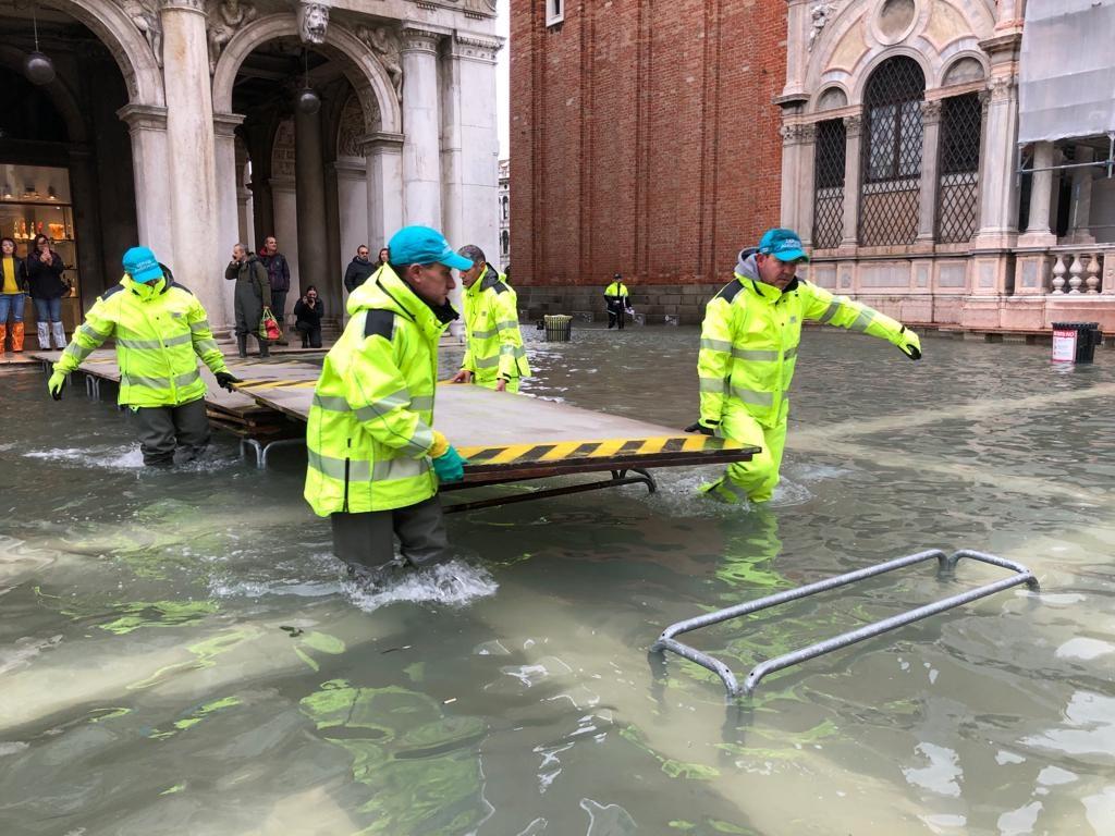 逾半世紀以來最嚴重洪水重創義大利水都威尼斯,古蹟、民宅和商家全都泡水,18日志工等人湧入當地協助復原及搶救文物。(圖取自twitter.com/LuigiBrugnaro)