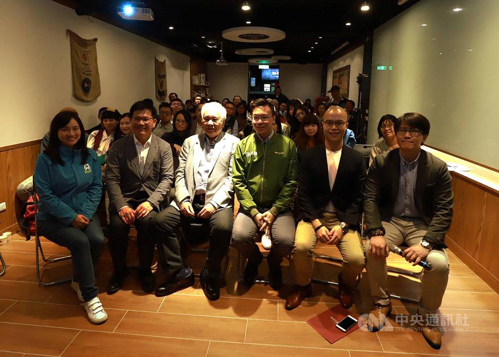總統府資政姚嘉文(前左3)、交通部長林佳龍(前左2)、民進黨副秘書長林飛帆(前右3)19日出席台灣民主觀光列車活動成果分享會談民主。中央社記者葉素萍攝 108年11月19日