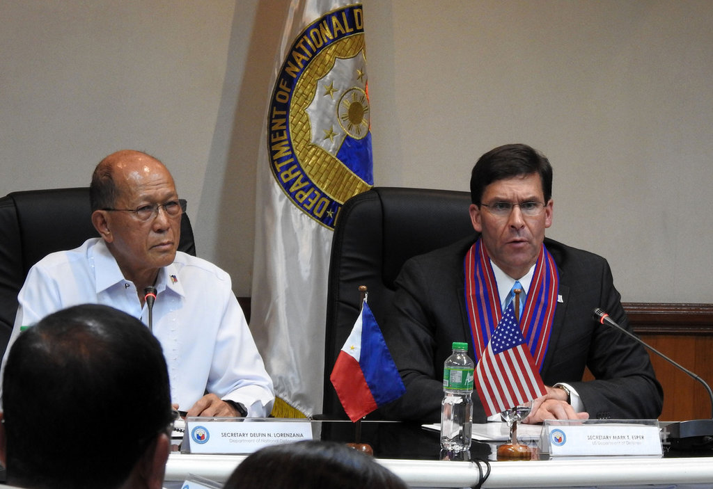美國國防部長艾斯培(Mark Esper)(右)19日訪問菲律賓,與菲律賓國防部長羅倫沙納(Delfin Lorenzana)(左)會晤,兩人會後舉行聯合記者會。中央社記者陳妍君馬尼拉攝 108年11月19日