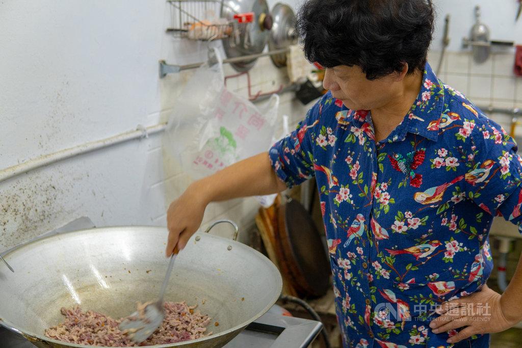 新竹縣新埔鎮在地青年邀長輩烹調當地特色美食,編製成新埔味覺故事食譜,記錄當地的飲食文化記憶。(青年署提供)中央社記者許秩維傳真  108年11月19日