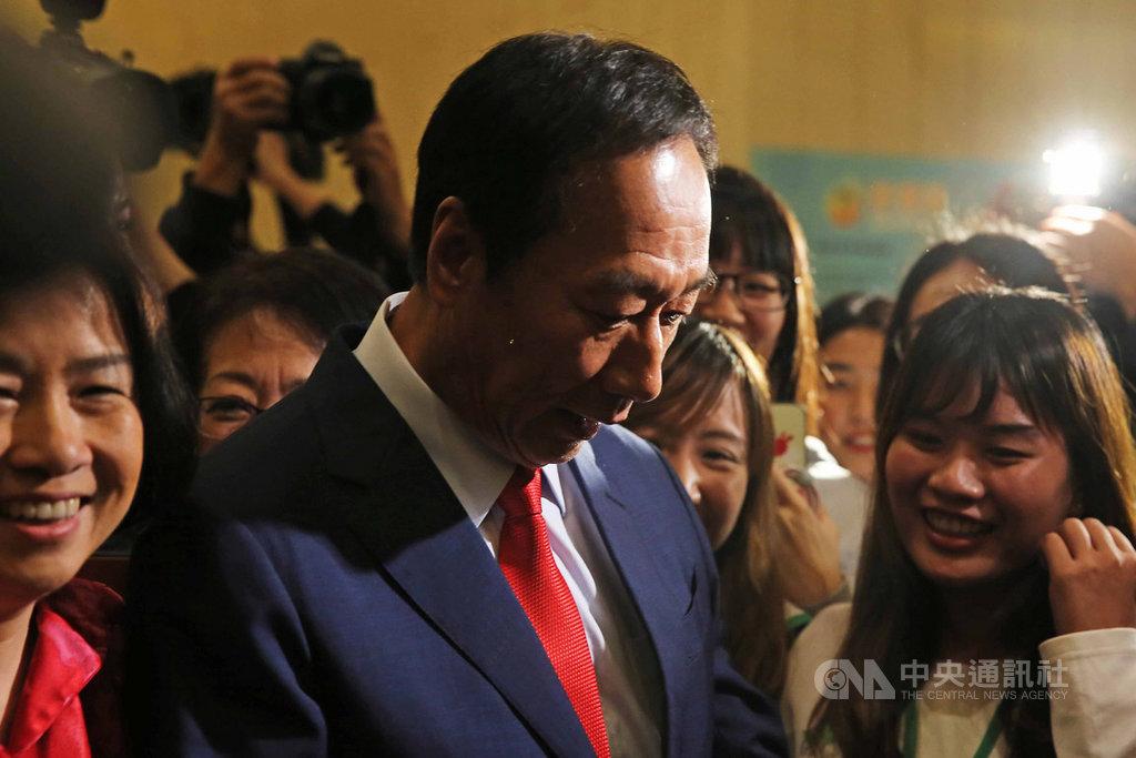 鴻海創辦人郭台銘19日出席台灣尤努斯基金會所舉辦的活動,會後受到多名粉絲包圍、要求合影。中央社記者游凱翔攝 108年11月19日