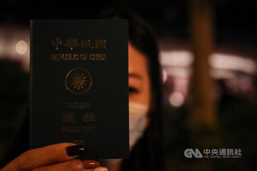 日前受困香港理工大學被捕的台籍戴姓高中生20日獲保釋,暫未控罪,家長表示孩子身體狀況良好。圖為家長出示戴姓女高中生的護照。中央社記者吳家昇攝 108年11月19日