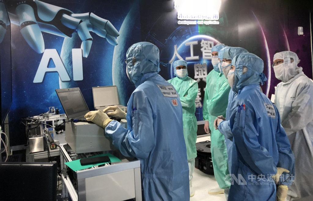 鴻海集團在美國積極招募高階人才,目前正有26位在台灣進行長期受訓計畫。圖為美籍幹部參加鴻海AI工廠管理訓練。鴻海提供。中央社記者鍾榮峰傳真  108年11月19日
