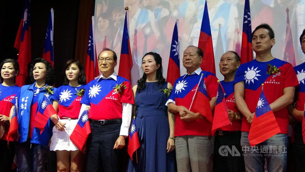 中國國民黨總統參選人韓國瑜的妻子李佳芬(右4)造訪泰國,19日晚間參加泰國韓國瑜後援總會主辦的造勢晚會。中央社記者呂欣憓曼谷攝 108年11月19日