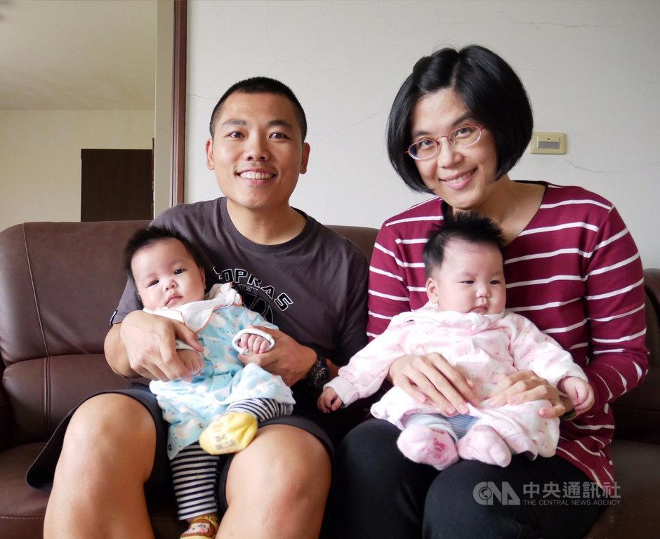 37歲王小姐(後右)剖腹產雙胞胎,生完4週後,某次如廁大出血,幸好治療得宜,挽回一命且成功保留子宮。醫師指出,延遲性產後大出血為罕見狀況,但曾經多次子宮手術或有子宮肌瘤者為高風險群。(國泰醫院提供)中央社記者陳偉婷傳真  108年11月19日